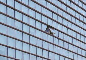 prédio com janela aberta