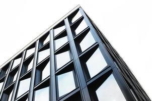 foto de baixo ângulo de prédio preto alto