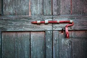 porta de madeira com um trinco enferrujado