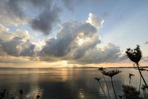 reflexão ao pôr do sol na lagoa