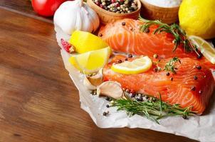 salmão cru em papel manteiga foto