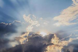 feixe de luz e as nuvens foto