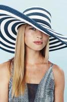 loira linda com chapéu listrado