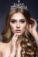 linda menina com uma coroa em forma de princesa. foto