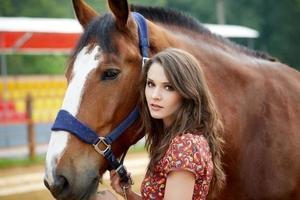 bela jovem com um cavalo foto