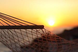 close up de uma rede na praia ao pôr do sol foto