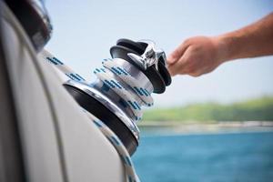 guincho e marinheiros mãos em um veleiro