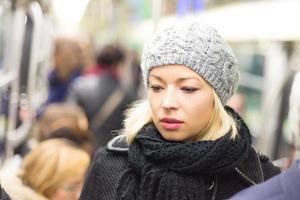 mulher no metrô. foto