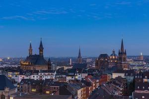 Catedral de Aachen (dom) e prefeitura ao anoitecer