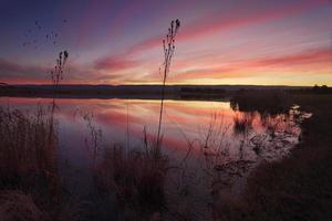 pôr do sol sobre Duralia Lake Penrith e reflexos