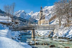 paisagem de inverno nos Alpes bávaros com igreja, ramsau, alemanha