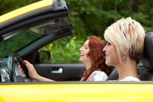 amigos dirigindo um conversível