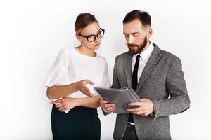 homem e mulher vestidos em estilo de escritório debatem sobre a papelada foto