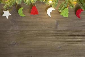 feltro decorações de natal em mesa de madeira foto