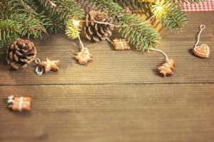 enfeites de árvore de natal em mesa de madeira foto