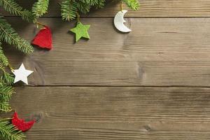decorações de natal em uma mesa de madeira foto