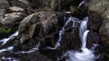 cascata no riacho gelado do vale do lago