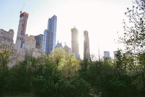baixo ângulo de edifícios altos foto