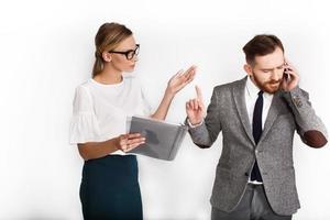 homem fala ao telefone enquanto a mulher tenta explicar algo
