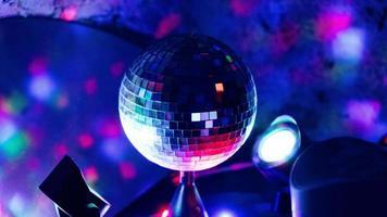 bola de discoteca sob luzes de néon foto