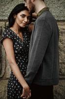 casal atraente se abraçando na cidade de nova york foto