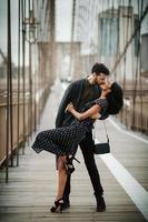 casal atraente se abraça na cidade