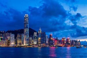 paisagem marinha ao anoitecer em hong kong, china foto