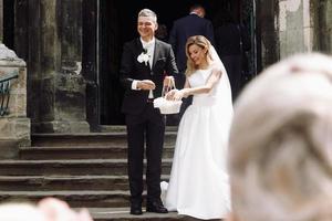 europa, 2018 - casal recém-casado fora da igreja de praga. foto