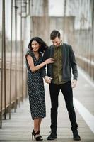 casal atraente se abraçando na movimentada cidade à beira-mar