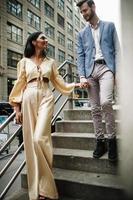 casal atraente se abraça na cidade foto