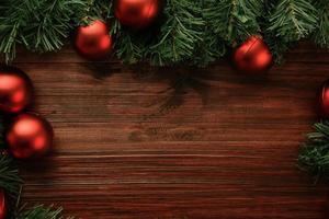 borda decoração de natal em mesa de madeira foto