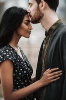 casal atraente se abraçando na cidade de nova york