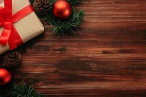 decoração de natal em uma mesa de madeira foto