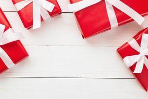 caixas de presente na mesa de madeira branca foto