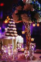 decorações luxuosas para mesa de cerimônia foto