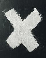 x pintado de branco na parede preta foto