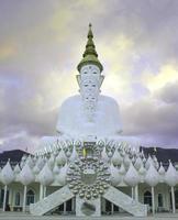 estátuas de Buda na frente do céu em wat phra thart pha kaew foto
