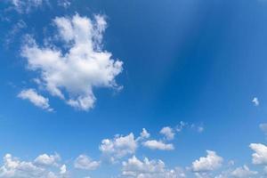 céu azul e nuvens foto