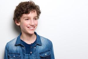 menino fofo com cabelo encaracolado sorrindo