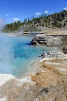 atividade geotérmica no parque nacional de yellowstone, wyoming, eua foto
