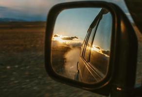 viagens de carro off-road por suv. estrada da montanha, nuvens e pôr do sol