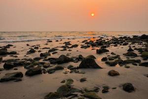 paisagem marinha do pôr do sol em koh chang