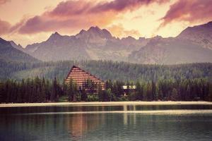 lago strbske pleso em alta montanha tatras, eslováquia, europa foto