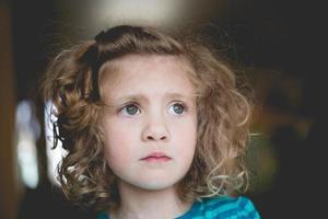 close-up da garotinha fofa