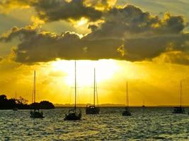 raios de sol através das nuvens na baía de biscayne