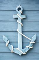 âncora em madeira azul.