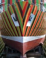 navio listrado na cor do casco