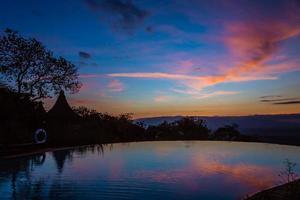 vista do nascer do sol no lago manyara foto