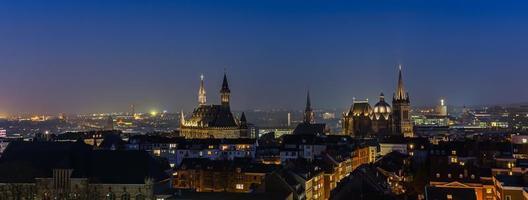 cidade imperial de Aachen à noite foto