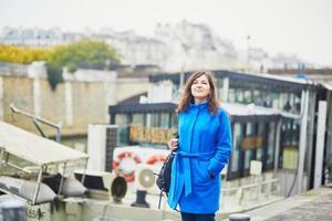 bela jovem turista em paris foto